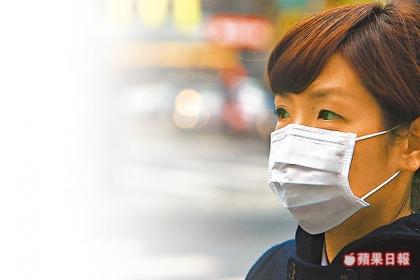 入冬空氣品質不佳,民眾一上街就戴上口罩,如臨大敵。