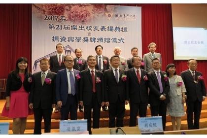 【經濟日報】中興大學校長薛富盛(前排左四)、校友總會理事長蔡其昌(前排中)與第21屆傑出校友共同合影。