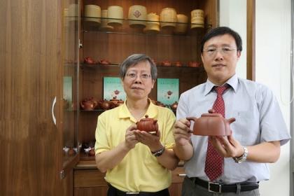 【新頭殼newtalk】興大獸醫學院院長周濟眾(右)與興大生物科技學研究所教授曾志正共同發表不同材質茶壺對茶湯之影響。   圖:中興大學/提供