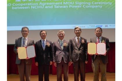 興大國際產學聯盟執行長洪居萬(右)、台電再生能源處長陳一成(左)分別代表學校、台電簽署合作備忘錄。(林欣儀攝)
