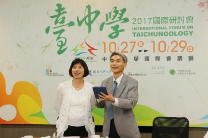 興大校長薛富盛(右)在台中市副市長林依瑩邀請下成為第一位報名者