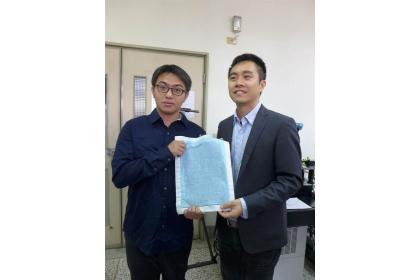 【中國時報】興大材料系助理教授賴盈至(右)率領團隊開發出「奈米防水發電布料」,成果獲《尖端科學》期刊刊登。(林欣儀攝)