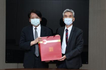 興大薛富盛校長(右)與環保署蔡鴻德副署長(左)合影。