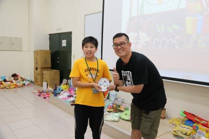 有獎徵答時間,興大創產學院陳光胤組長(右)頒發獎品給學員