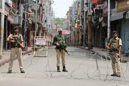 印度政府宣布成立「拉達克中央直轄區」,引發中印領土主權爭議。圖為印度軍方正在喀什米爾首府街頭巡邏。 (路透)