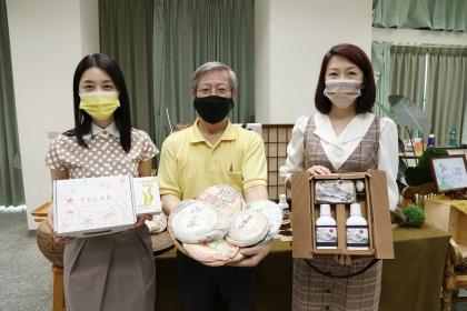 中興大學生物科技學研究所曾志正教授(中)與製茶產學聯盟成員植肌生技林慧芬經理(左)、沛美生醫科技廖曼華總經理(右)共同發表兩項茶產新品