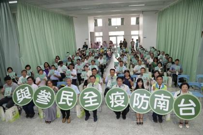 台南市衛生局昨出版登革熱防疫專書「台南經驗與策略」,市長黃偉哲(右四)前往鼓勵。記者修瑞瑩/攝影