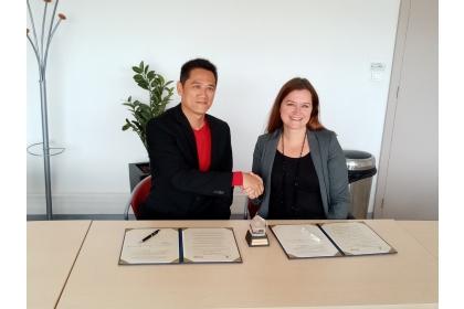 管理學院林副院長明宏(左)與法國Kedge商學院簽署雙聯學位合作協議