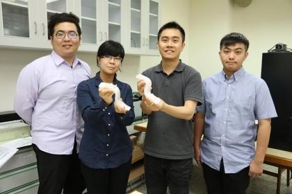【中央社】中興大學材料系助理教授賴盈至(右2)團隊,研發出一款具有自主感測功能的軟性機器人。