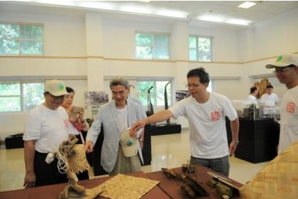 中興大學校長薛富盛(中)、前經濟部長李世光(左)在林管處長曾彥學(右)陪同參觀各展區。