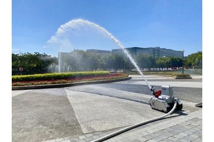 機器人運用高壓水柱準確完成救火任務,可保障第一線消防員的人身安全。記者宋健生/攝影