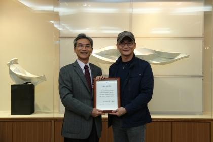 興大校長薛富盛(左)頒發感謝狀給楊上峰老師