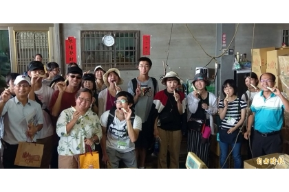 中興大學與姐妹校日本東京農業大學師生一行人,開心品嚐嫩薑及合照。(記者謝介裕攝)
