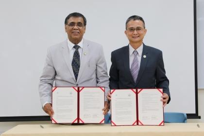 興大國農中心主任黃紹毅(右)與APAARI執行秘書長Ravi Khetarpal代表簽約