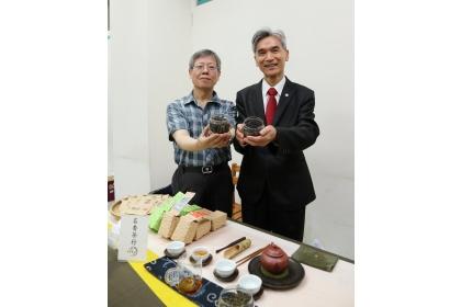興大校長薛富盛(右)與興大生技所曾志正教授(左)拿四季春熷茶茶葉合影