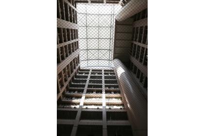 綜合教學大樓薄膜屋12月22日啟用,打造成適合學生靜態展演與交流的空間。