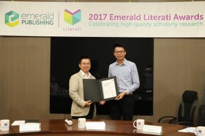 興大行銷系學生馮志宏(右)獲頒2017年「Emerald卓越獎之高度推薦獎」