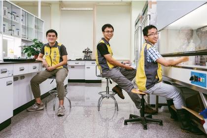 興大植物教學醫院目興大植物教學醫院目前有三名儲備植物醫師前有三名儲備植物醫師,左起為馮昶鈞、吳宗澤、吳志恩。