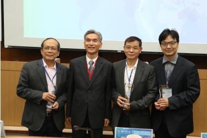 「卓越獎」得主:生科系蘇鴻麟教授(右1)、化學系林寬鋸教授(右2)、植病系黃振文教授(左1),頒獎人薛富盛校長(左2)。