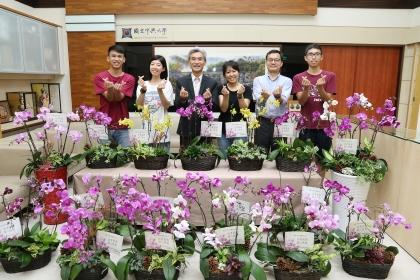 興大校長薛富盛(左3)號召花藝專長職員與園藝系學生親製蘭花盆栽向台中榮總致意