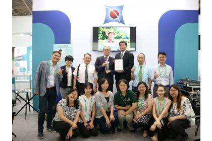 中興大學黃振文副校長(後排左4)榮獲台北生技獎技轉合作獎,與興大團隊合影