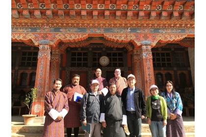 中興大學國際長陳牧民(右3)帶領外籍學生事務組組長鄧文玲教授(右2)、農藝學系陳建德教授(左3)參訪皇家不丹大學自然資源學院