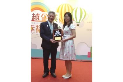 台中市副市長張光瑤(左)頒發獎項予中興大學。