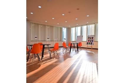 「應經藝點空間,AE Art Gallery」線條通透且明淨。