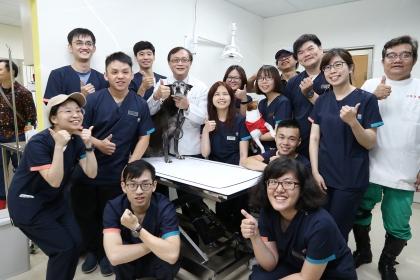 興大獸醫學系副教授林荀龍(中)與浪浪樂活醫療室全體醫療團隊